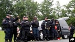 美国纽约州第二名监狱逃犯遭枪击后被捕收押,图为狱警接受民众致意。
