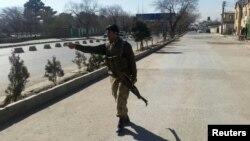 Một cảnh sát Afghanistan bảo vệ hiện trường vụ đánh bom tự sát ở Kabul hôm 1/2.