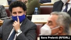 """Dritan Abazović, lider partije """"URS"""" i crnogorski predsednik Milo Đukanović tokom parlamentarne rasprave (Foto: RFERL)"""