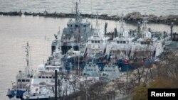 Navios ucranianos guardados pela guarda costeira russa no porto de Kerch, perto de ponte que liga a Rússia à península da Crimeia
