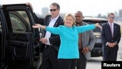 힐러리 클린턴(가운데) 민주당 대통령 후보가 26일 플로리다주 마이애미에서 전용기에 오르기에 앞서 기자들에게 인사하고 있다.