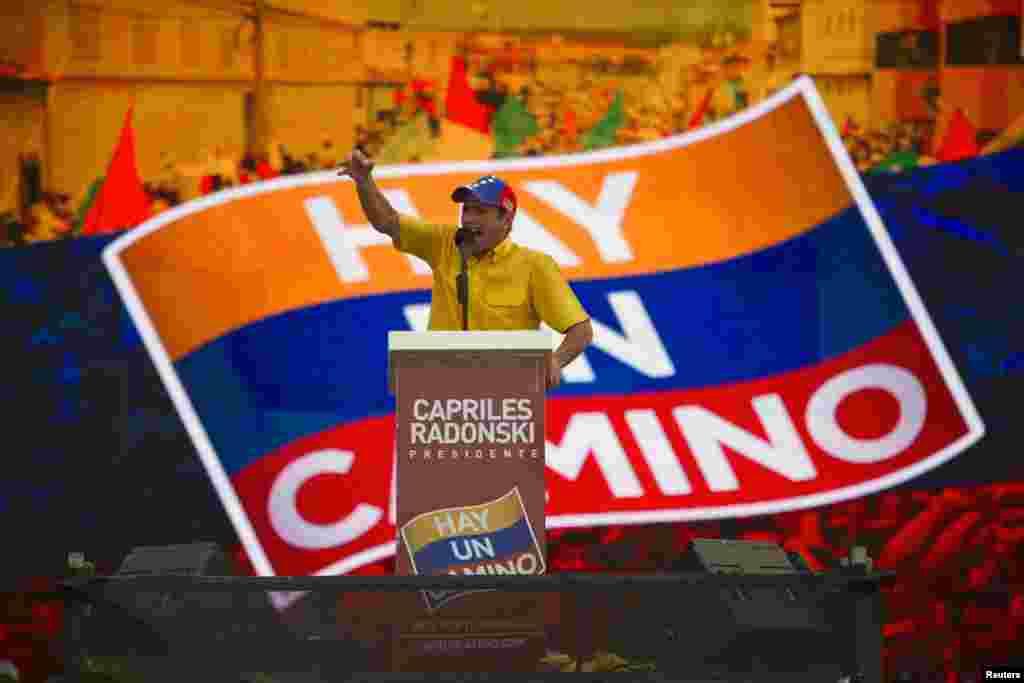 El lider opositor Henrique Capriles saluda a sus seguidores en Barcelona, estado de Anzoategui.