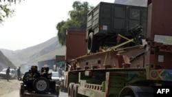 Binh sĩ Pakistan trên xe tải nhỏ hộ tống một đoàn xe của NATO tiến vào khu vực bộ tộc Khyber