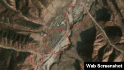 함경북도 연사군을 찍은 10월27일자 '어스캐스트'의 위성사진. 푸른색과 빨간색 지붕의 대형 아파트가 들어선 총 3개 단지(원안)가 확인된다.