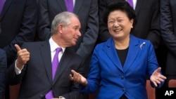 美国黑石集团主席苏世民(Stephen Schwarzman)2016年9月10日在北京清华大学与当时出任中国副总理的刘延东交谈。