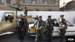 En 2009 la policía yemení ofreció custodia a la coorte de Sanaa, la capital de Yemen, donde Al-Awlaki fue condenado en ausencia.