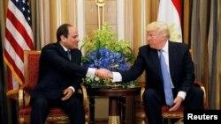 دیدار دونالد ترامپ رئیس جمهوری ایالات متحده (راست) با عبدالفتاح السیسی رئیس جمهوری مصر در ریاض پایتخت عربستان سعودی - ۲۱ مه ۲۰۱۷