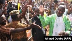 Le chef de l'opposition burkinabé, Zéphyrin Diabré, accueilli par des partisans à son arrivée à la Maison du Peuple pour une réunion à Ouagadougou, le 29 avril 2017.