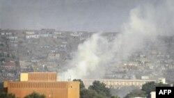 Tro bụi bốc lên sau vụ nổ súng của quân nổi dậy Taliban ở Kabul, Afghanistan, thứ Ba 13/09/2011