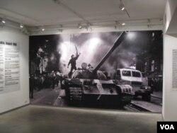 2011年在莫斯科举办的一个图片展览介绍苏军1968年8月入侵捷克斯洛伐克,镇压布拉格之春。(美国之音白桦)