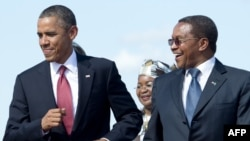 7月1日奥巴马总统抵达坦桑尼亚在机场随音乐起舞