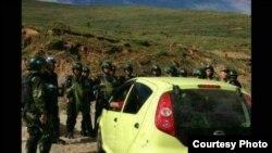 2013年7月6日中国安全部队阻挡藏人上山庆祝达赖喇嘛的生日