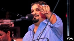 FILE - Amjad Sabri, who was gunned down June 22, 2016, in Karachi, performed at a Qawwali Concert in Annandale, Virginia, in 2013. (Saqib Ul Islam/VOA)