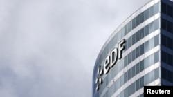 Logo tập đoàn điện lực Pháp (EDF) ở khu trung tâm tài chính La Defense, gần Paris.