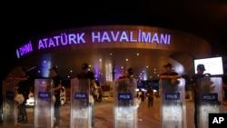 土耳其警方在爆炸發生後封鎖機場大樓