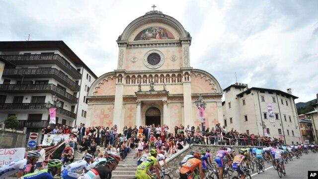 Tras el escándalo de Lance Armstrong por dopaje continuado, las entidades rectoras intentan recuperar la confianza en el ciclismo.