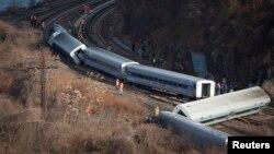 Tim SAR memeriksa tempat kereta Metro Train tergelincir di Bronx, New York, 1 Desember 2013.
