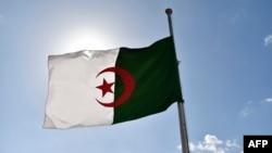 Le drapeau algérien flotte à Alger le 12 avril 2018.