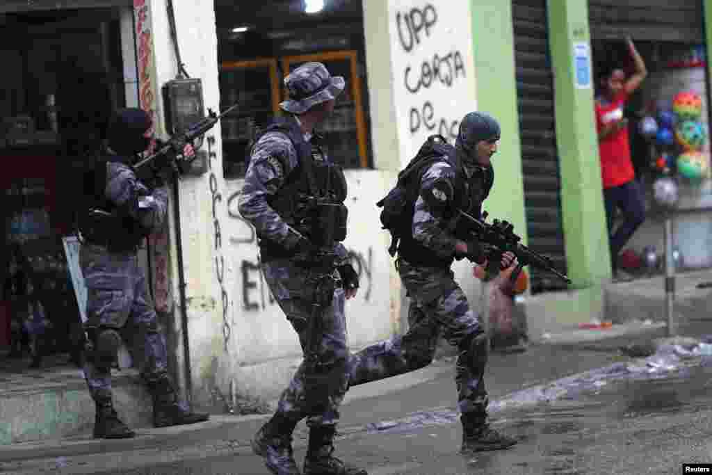 مبارزه با قاچاقچیان مواد مخدر در شهر ریو دو ژانیرو در برزیل گاهی در حد یک جنگی داخل شهری می شود.