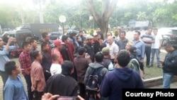 Suasana di luar Gedung Sabuga saat anggota ormas PAS bertemu pihak kepolisian (Foto: TVRI)