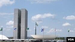 Las banderas de los Estados de la República Federativa de Brasil y la bandera brasileña engalanan la alameda frente a la sede del Congreso de Brasil en la víspera del día de la Independencia.