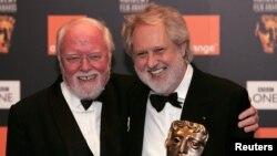 Sutradara Richard Attenborough (kiri) bersama sutradara David Putnam pada acara BAFTA awards di London, 2006. (Foto: Dok)