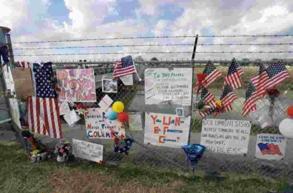 Banderas y mensajes en memoria de la tripulación del Columbia que perdieron sus vidas el 1 de febrero de 2003.