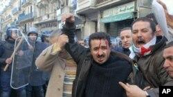 알제리 수도 알제에서 벌어진 반정부 시위 도중 시위대와 진압 경찰이 충돌해 부상자가 속출했다.(자료사진)