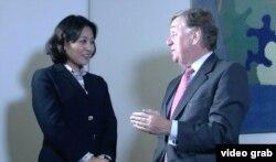 奥塔威爵士接受美国之音记者燕青采访 (VOA视频截图)