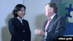 奧塔偉爵士接受美國之音記者燕青採訪 (VOA視頻截圖)