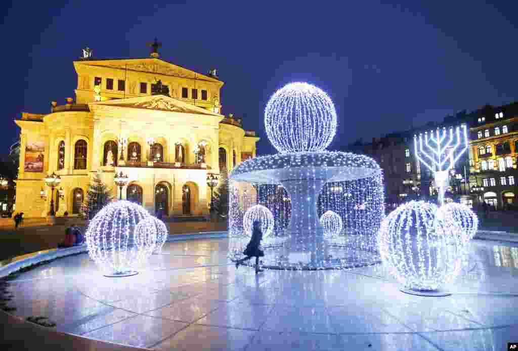 جرمنی میں آنے والی کرسمس کے لیے ایک فوارے کو روشنیوں سے سجایا گیا ہے۔