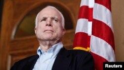 En el pasado, el senador McCain ha sido tratado por melanoma, pero el tumor primario que se le ha descubierto en el cerebro no tiene nada que ver con el cáncer anterior.