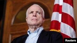 El senador republicano John McCain cuestionó emotivamente la política sobre Siria del presidente Obama.