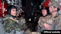 Izvedeni skokovi srpskih i američkih vojnih padobranaca, u Kovinu nedaleko od Beograda, 16. novembra 2017. (Foto: Ministarstvo odbrane Srbije)