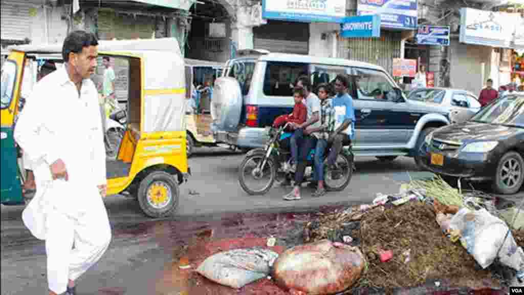 کراچی: عید کے دوران شہر میں صفائی ستھرائی نا ہونے سے سڑکوں پر کچرے اور گندگی کے ڈھیر لگے ہوئے ہیں۔