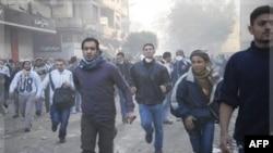 Người biểu tình trong thủ đô Cairo chạy tránh nơi đang xảy ra xô xát với cảnh sát chống bạo loạn
