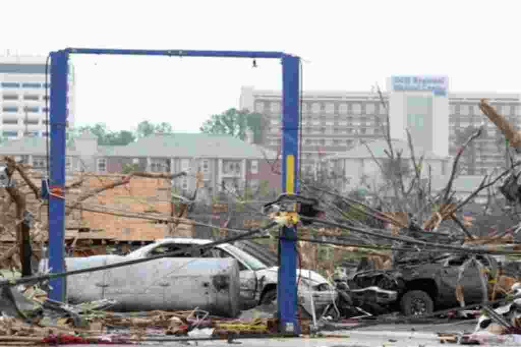 Escombros en Tuscaloosa, Alabama, después del golpe del tornado del 27 de abril 2011.