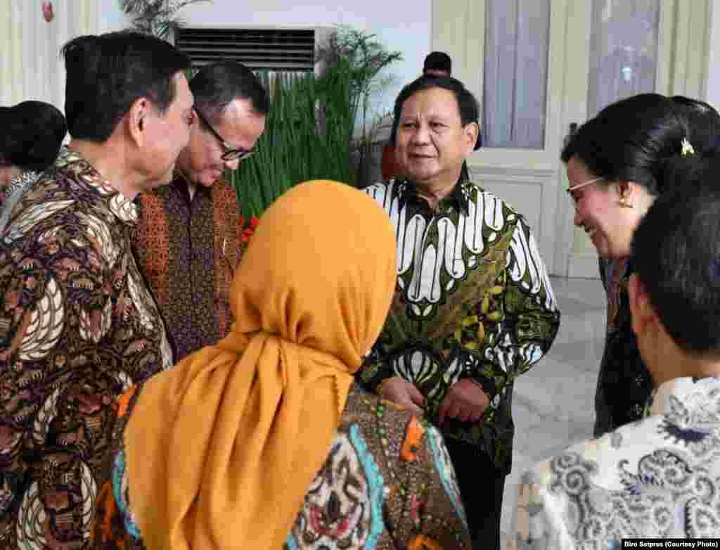 Prabowo Subianto yang terpilih menjadi Menteri Pertahanan berbincang dengan para tamu undangan lainnya sebelum upacara pelantikan di Istana Merdeka, 23 Oktober 2019. (Foto: Biro Setpres)