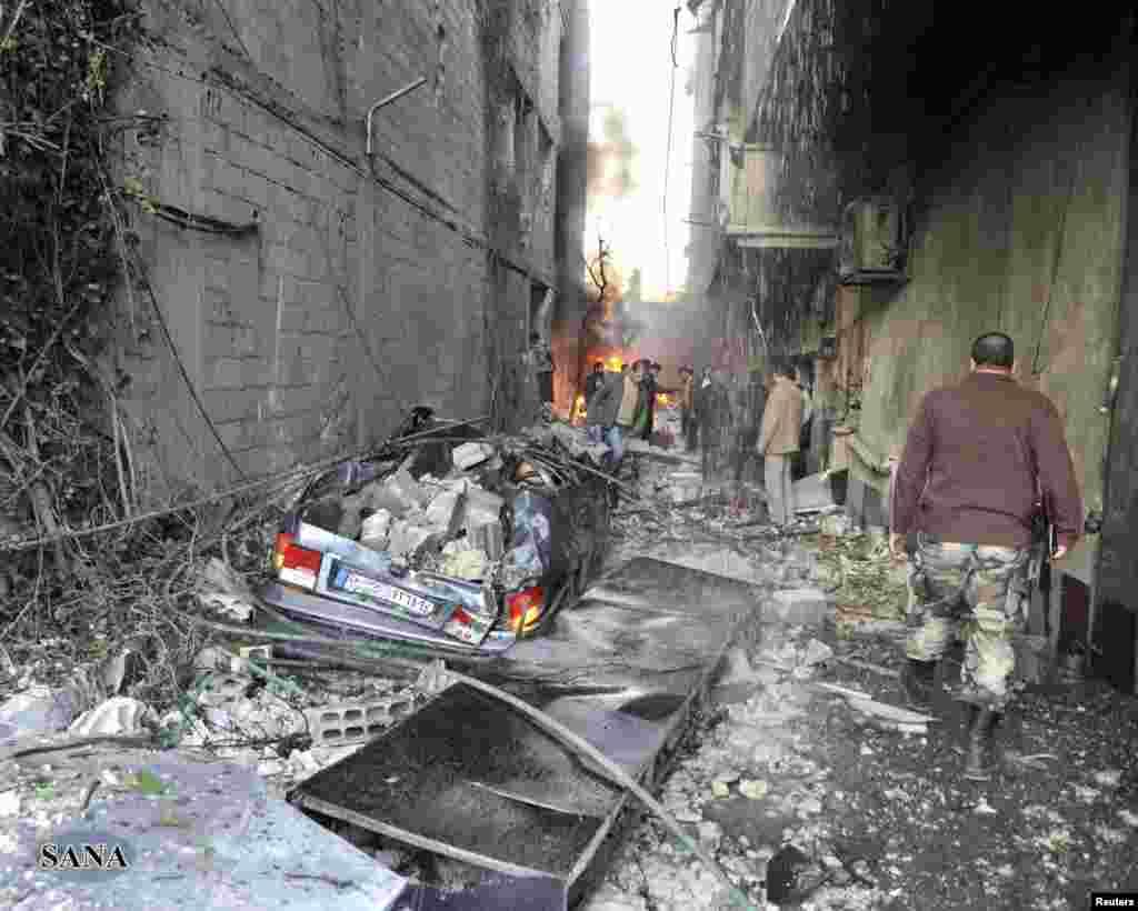 28일 다마스쿠스 인근 자라마나 지역의 차량 폭탄 테러 현장. 시리아 관영통신 사나 보도.