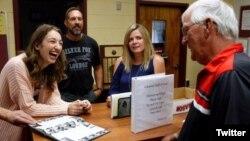 ری گودوین هنگام دریافت انگشتر گم شده اش - عکس از توئیتر Valley News