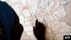 Mwanafunzi akiangalia kwa makini ramani ya Sudan Kusini
