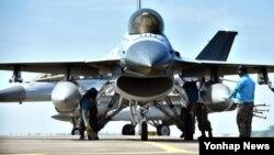 한국 공군 제20전투비행단 정비사들이 지난 7월 출격 준비를 하는 KF-16 전투기를 최종 점검하고 있다.