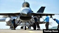 한국 공군 제20전투비행단 정비사들이 지난 7월 출격 준비를 하는 KF-16 전투기를 최종 점검하고 있다. (자료사진)