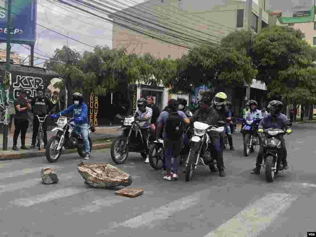 Grandes piedras bloquearon el paso en las distintas calles en donde se realizó la protesta en Cochabamba.