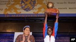 2010年儿童和平奖颁发给了多米尼加共和国的弗朗西亚·西蒙