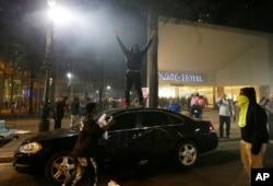 Demonstranti na ulicama Šarlota