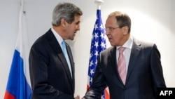 Ngoại trưởng Mỹ John Kerry (trái) và ngoại trưởng Nga Sergei Lavrov bắt tay nhau trong cuộc họp song phương bên lề cuộc họp Tổ chức An ninh và Hợp tác châu Âu của Tổ chức An ninh và Hợp tác châu Âu ở Basel, Thụy Sĩ, 4/12/2014.