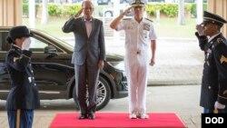 美军太平洋司令部司令哈里斯上将2016年9月29日欢迎菲律宾国防部长洛伦扎纳访问夏威夷 (美国国防部照片)