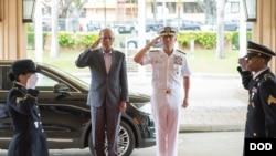 美军太平洋司令部司令哈里斯上将2016年9月29日欢迎菲律宾国防部长洛伦扎纳(左)访问夏威夷 (美国国防部照片)