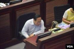 民主黨立法會議員何俊仁表示,教育局的基本法視像教材矮化了一國兩制。(美國之音湯惠芸)